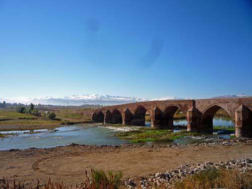 Cobandede Brücke über den Aras
