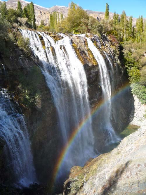 Wasserfall mit Regenbogen in Ostanatolien