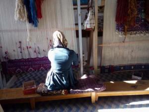 Weberin in einem Teppichzentrum in Van