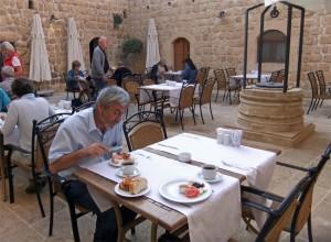 Frühstück im schönen Innenhof von Kasr-I Nehroz