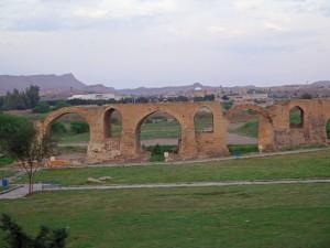 historische Brücke am Ortseingang von Schuschtar